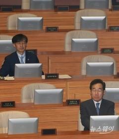 국회 '대정부질문' 출석한 이낙연총리와 조국 장관
