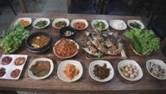 '서민갑부' 폐교 식당 화제…밥 먹고 영화보고 커피도 마시고