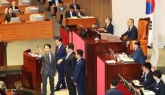 """대정부질문서 고성·삿대질···與 """"이주영 사과"""" vs 野 """"조국 사퇴"""""""