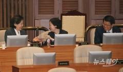 '아수라장 된 국회 본회의' 웃으며 대화하는 '박영선-조성욱-은성수'