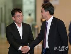 안민석 위원장과 악수하는 김택진 엔씨소프트 대표