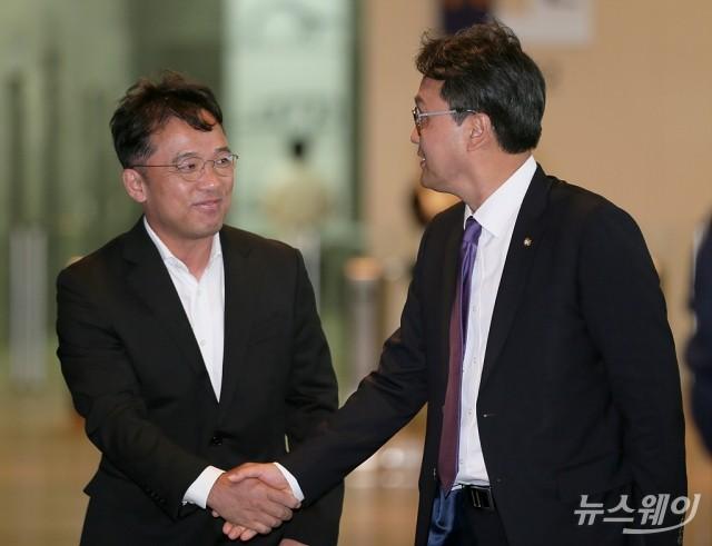 [NW포토]안민석 위원장과 악수하는 김택진 엔씨소프트 대표