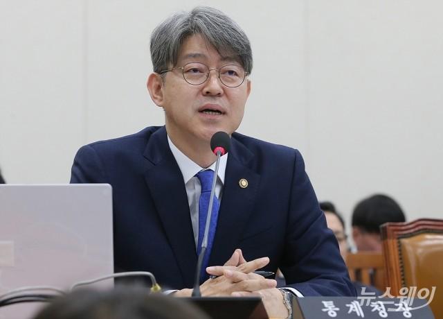 [NW포토]국감 질의에 답하는 강신욱 통계청장