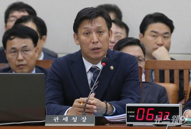 [NW포토]'입국면세점' 질의에 답변하는 김영문 관세청장