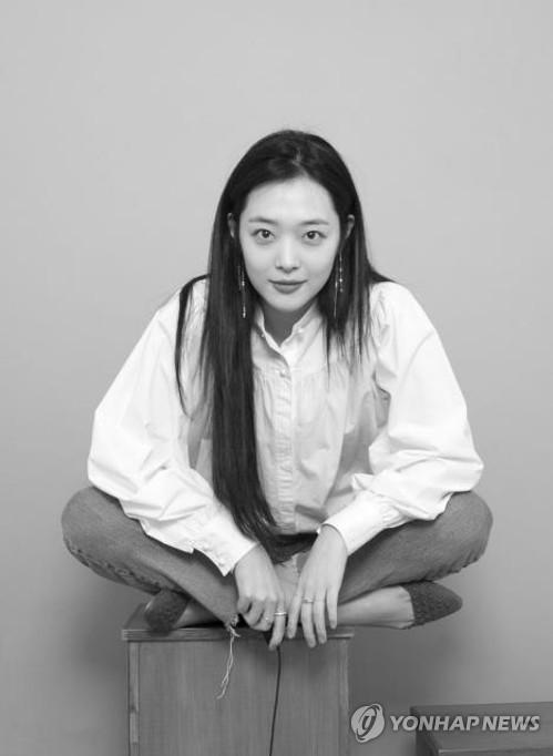 """경찰 """"설리, 극단적 선택 추정…집안서 자필 메모 발견"""""""