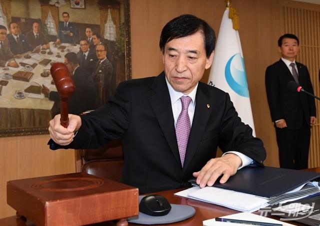 [NW포토]금리인하에 무게실린 금통위 주재하는 이주열 총재