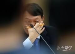 얼굴 만지는 윤석열 검찰총장
