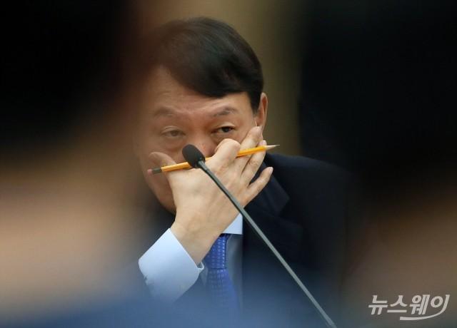 [NW포토]얼굴 만지는 윤석열 검찰총장