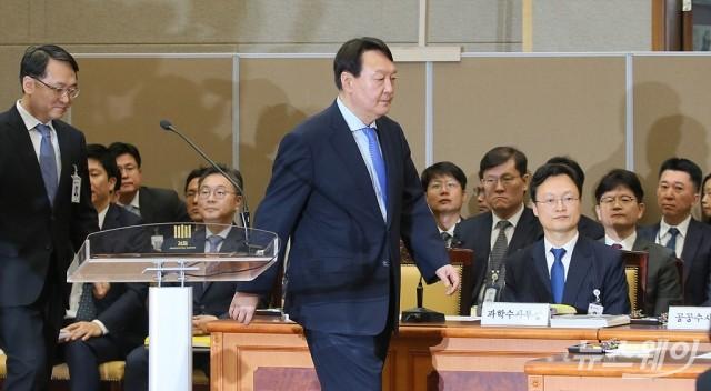 [NW포토]국감장 들어서는 윤석열 검찰총장