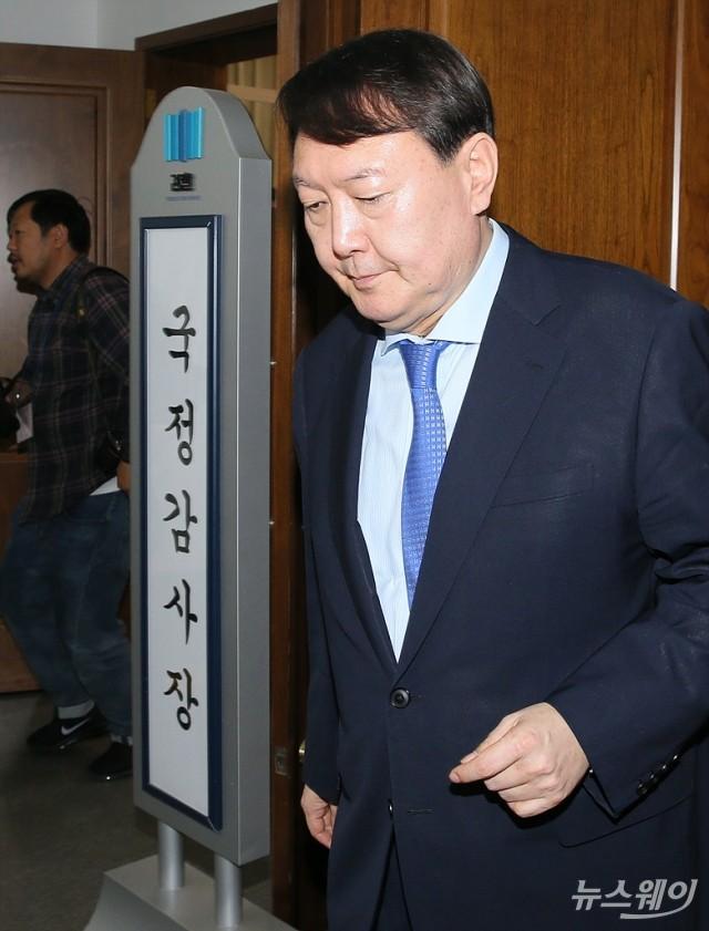 [NW포토]국감장 나서는 윤석열 검찰총장