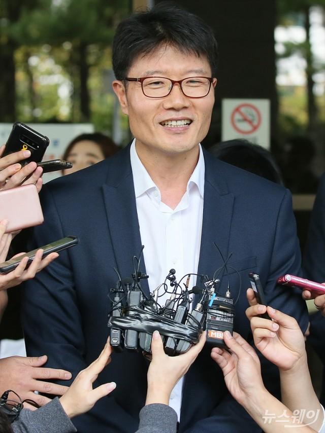 [NW포토]신동빈 롯데 회장 상고심 선고공판 결과에 입장 밝히는 이병희 상무