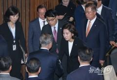 문재인대통령과 악수하는 나경원 원내대표