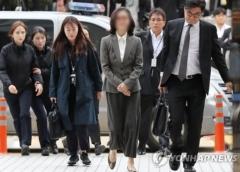 법원 포토라인서 모습 처음 드러낸 정경심…담담한 표정