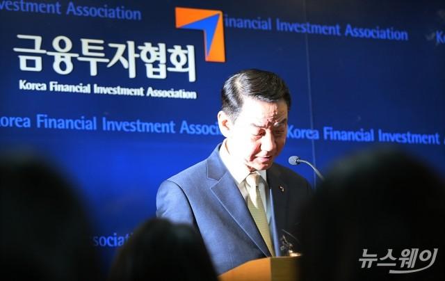 [NW포토]고개숙인 권용원 금융투자협회장