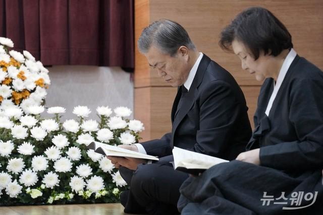 [NW포토]모친 故 강한옥 여사의 연미사 드리는 문재인 대통령