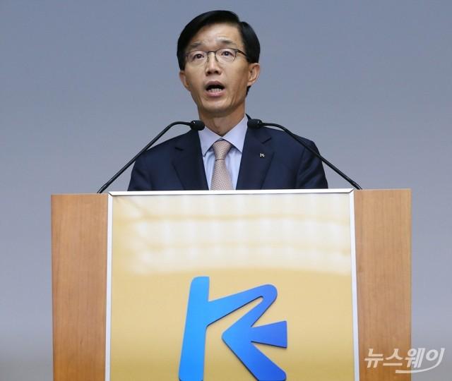 [NW포토]노조 '신고식' 돌파하고 취임식 진행한 방문규 신임 수은행장