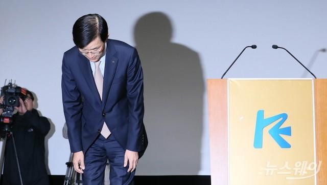 [NW포토]고개숙여 인사하는 방문규 신임 수출입은행장