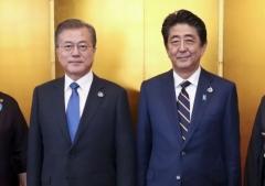 한일 정상 만남…문 대통령, 아베 총리와 11분간 단독 환담
