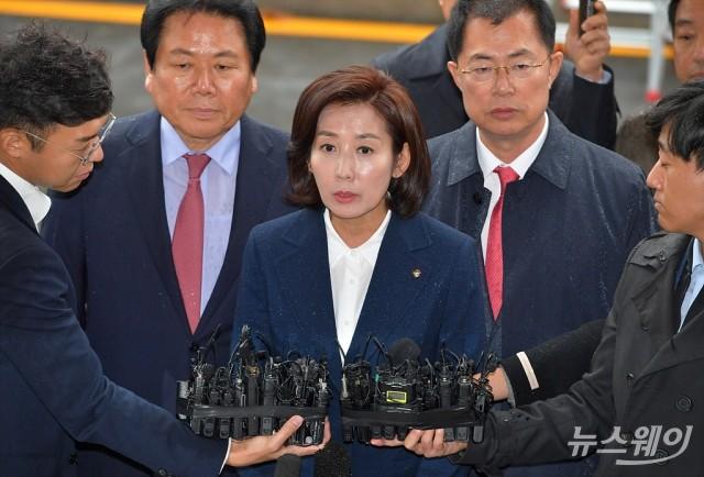 나경원, '패트 정국' 수사 6개월 만에 검찰 출석