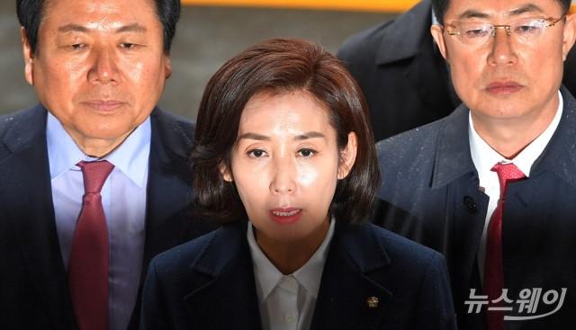 """나경원 검찰 출석…""""역사가 심판할 것"""""""