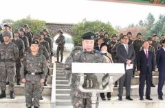 """민간인이 군 사열 받고 표창장 수여까지?…육군 """"과한 예우 인정"""""""