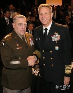 악수하는 마크 밀리 美 합참의장과 필립 데이비슨 태평양 사령관