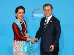 """문 대통령 """"미얀마는 우리 이웃""""…수치, 양국관계 긍정 평가"""