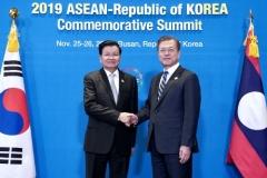 한·라오스 정상회담…문 대통령·통룬 총리, 인프라 구축협력 공감대