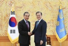 """文 대통령, 中 왕이 외교부장 접견…""""한중 협력 안보·경제에 힘 될 것"""""""