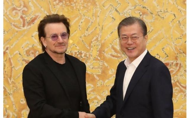 """문 대통령, U2 보노 만나 평화 강조…""""한국 국민, 통일열망 강해져"""""""