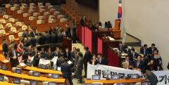 한국당, 의장석 주변 점거…본회의 지연