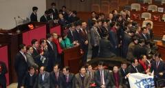한국당, 본회의장 의장석 점거…문 의장, 국회 질서유지권 발동