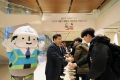 """김형 사장 """"질적 성장+미래먹거리""""…두 마리 토끼 잡는다"""