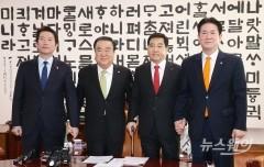 """민주당 """"오늘(13일) 본회의 열어야"""" vs 한국당 """"16일 열자"""""""