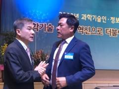 이야기 나누는 하현회 LGU+ 부회장, 박정호 SK텔레콤 사장