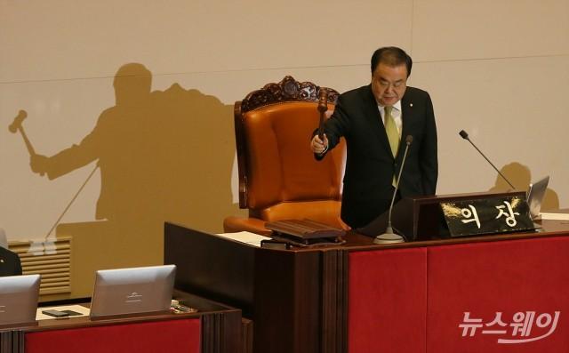 [NW포토]의사봉 두드리는 문희상 국회의장