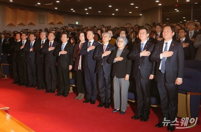 [NW포토]국민의례하는 정세균 국무총리와 장관들