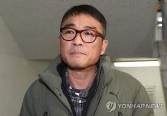 김건모, 경찰 출석…'성폭행 의혹' 질문에 묵묵부답