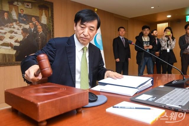 [NW포토]금통위 주재하는 이주열 총재