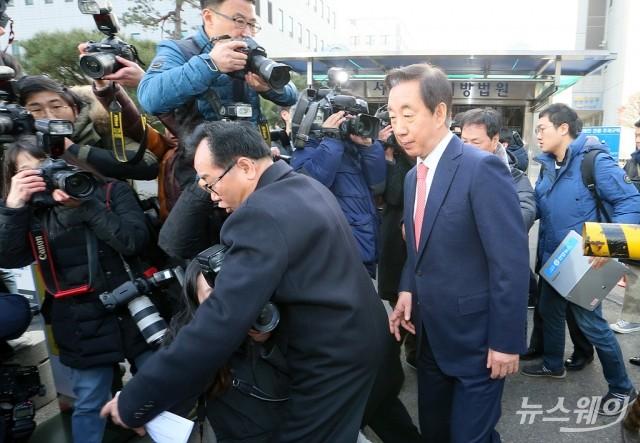 [NW포토]취재진의 뜨거운 관심 속 귀가하는 김성태 의원