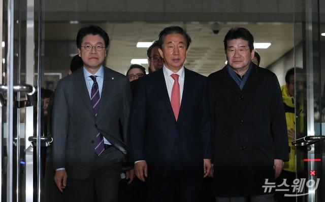 [NW포토]법정 나서는 김성태 의원
