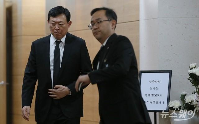 [NW포토]故 신격호 롯데그룹 명예회장 빈소 나서는 신동빈 회장