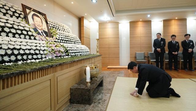 [NW포토]신격호 명예회장 빈소에 절하는 신동빈 회장