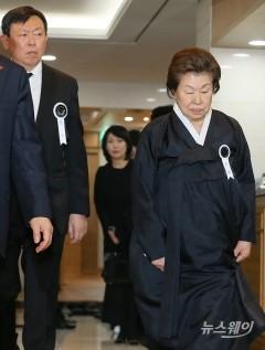 신동빈 롯데그룹 회장과 나오는 신격호 명예회장 부인 하츠코 여사