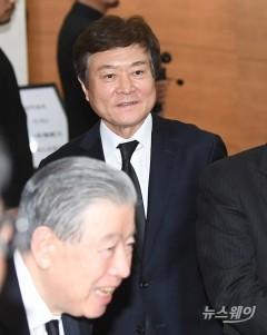 故 신격호 롯데 명예회장 빈소 나서는 소진세 교촌 회장