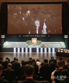 故 신격호 회장 영결식에서 묵념하는 유가족들