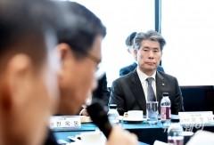 경청하는 윤종원 기업은행장
