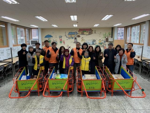 한화에어로스페이스, 폐지수거 노인에 '리어카' 제작 기증