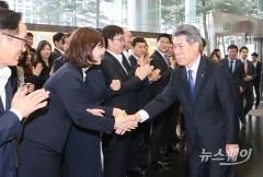 윤종원 기업은행장, 임직원 박수갈채 받으며 본사 첫 출근