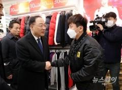 홍남기, '신종코로나' 타격입은 명동 찾아 경제현장 실태 점검